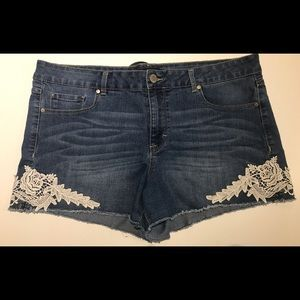 Jean shorts with lace details
